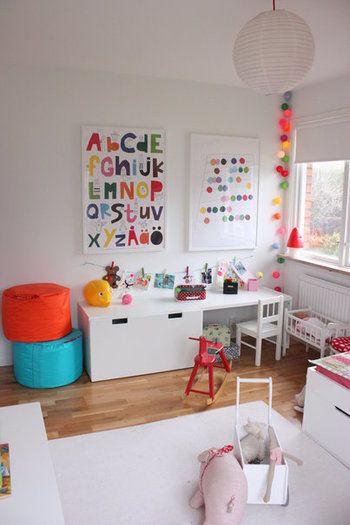 同じくSTUVAの引き出しを机の下に設置。シンプルな白で統一するのもすてきです。大きめの引き出しは何でもポイポイ入れられるので、子供部屋の収納には本当に便利なんです。