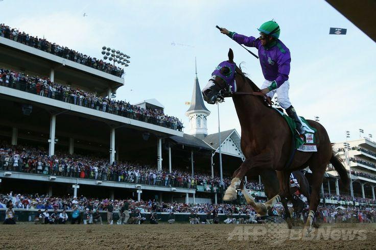 米国競馬のG1レース、第140回ケンタッキーダービー(140th Kentucky Derby、3歳、ダート約2000メートル)。優勝を喜ぶビクター・エスピノーザ(Victor Espinoza)騎手(2014年5月3日撮影)。(c)AFP/Getty Images/Matthew Stockman ▼4May2014AFP|カリフォルニアクロームがケンタッキーダービー制す http://www.afpbb.com/articles/-/3014138 #Kentucky_Derby_2014 #Victor_Espinoza #California_Chrome #Churchill_Downs ◆Kentucky Derby - Wikipedia http://en.wikipedia.org/wiki/Kentucky_Derby