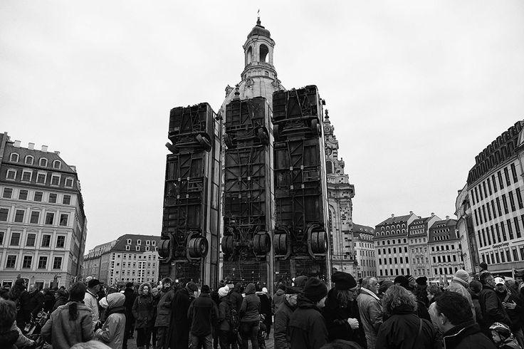 Aleppo Busse Denkmal Dresden verdeckt die Frauenkirche auf dem Neumarkt