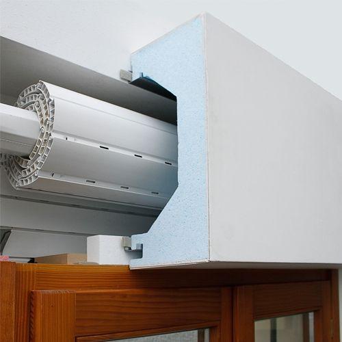 SALVACALDO è un cassonetto monoblocco costruito con materiale isolante di spessore 50 mm, con lambda di 0.035 w/mk. La tenuta all'aria tra cassonetto e muratura è garantita da una guarnizione autoespandente.