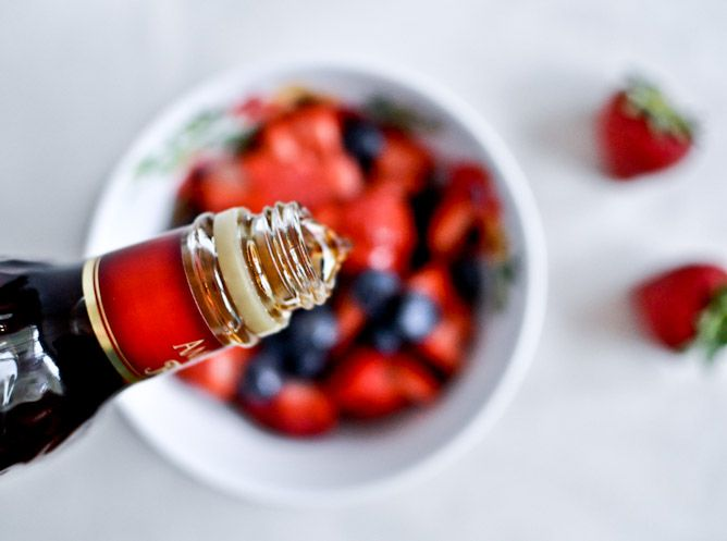 Boozy Red, White + Blueberry Shortcake Sliders with Mascarpone Whipped Cream.Boozy Strawberries, Blueberries Vanilla, Soak Strawberries, Strawberries Blueberries, Boozy Red, Vanilla Beans, Blueberries 1 2, Beans Shortcake, Blueberries Shortcake
