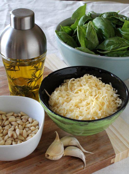 Соус «Песто»      2 чашки базилик ((свежие листья))     2 зубчика чеснок     3/4 чашки сыр ((пармезан))     1/4 чашки кедровый орех     1/2 чашки растительное масло ((оливковое))     по вкусу перец ((черный молотый))     по вкусу соль