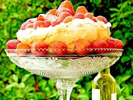 Jordgubbar är obligatoriskt på midsommar. Här spelar de huvudrollen i en otroligt enkel dessert med maräng som ändå känns lyxig. Tänk på att marängen ska göras kvällen före festen. Recept från boken Sommarkväll med mat och vin.