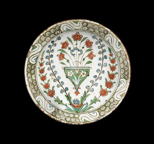 Iznik pottery Dish Turkey, early 17th Century 25.5 cm. diam.