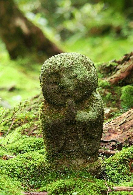 Um pequeno Buda de Jardim.