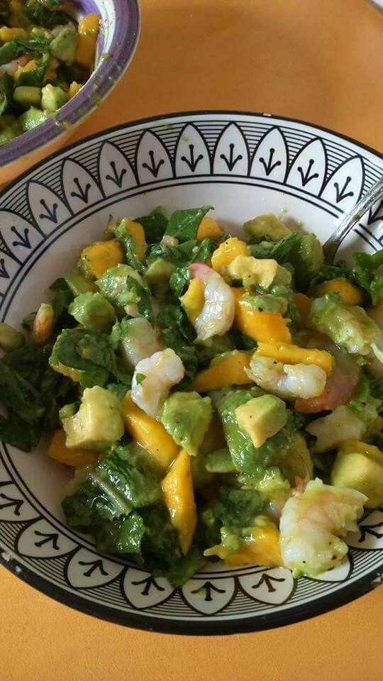 Рецепт: отварить креветки, порубить авокадо и манго по вкусу, руккола, заправка - сок манго, сок лимона, столовая ложка оливкового масла, перец, соль, полить и размешать.