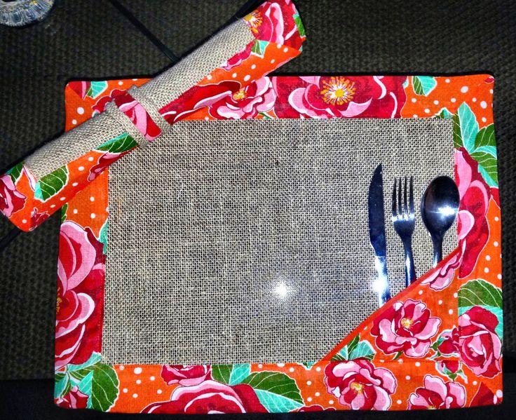Jogo americano com 6 peças em juta com moldura em chitao é detalhe para colocar os talheres  100% algodão  Acompanha 6 porta guardanapos e um envelope para guardar.  Não acompanha os talheres.