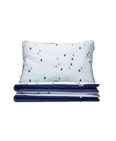 Dwustronna pościel w niebieskie krople spadające na miętowe tło. Zapewni chwile błogiego odpoczynku i ukoi do snu. JUŻ OD 179 PLN