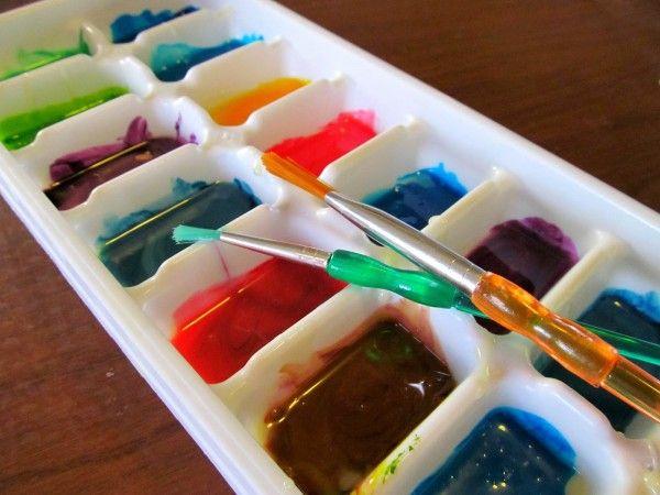 7. Paleta de pintura  Misture as cores de tinta nas formas, aproveite o material de plástico para suja-lo sem preocupações futuras. | Atribuir outras funções a objetos depende apenas do uso da criatividade. Pensando nisso, daremos início a uma série de posts para utilizar de formas diferentes utensílios e produtos que todo mundo tem em casa, como por exemplo a forma de gelo.