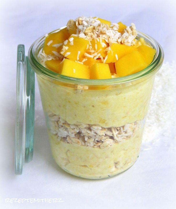 Mango-Joghurt mit Kokos-Haferflocken:  1 Mango,  200 g Naturjoghurt,  80 g Haferflocken, 40 g Kokosraspel, 100 g Kokosmilch