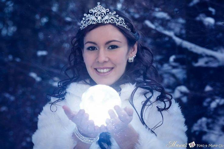 Blick in die Kugel  #icequeen #eiskönigin #eis #princess #prinzessin #schnee #snow #kugel #strahlen #leuchten #winter #zauber #pelz #fell #weiß #glitter #diadem #strass #collier #glitzer #manuelas_foto #manu'sfoto&make-up