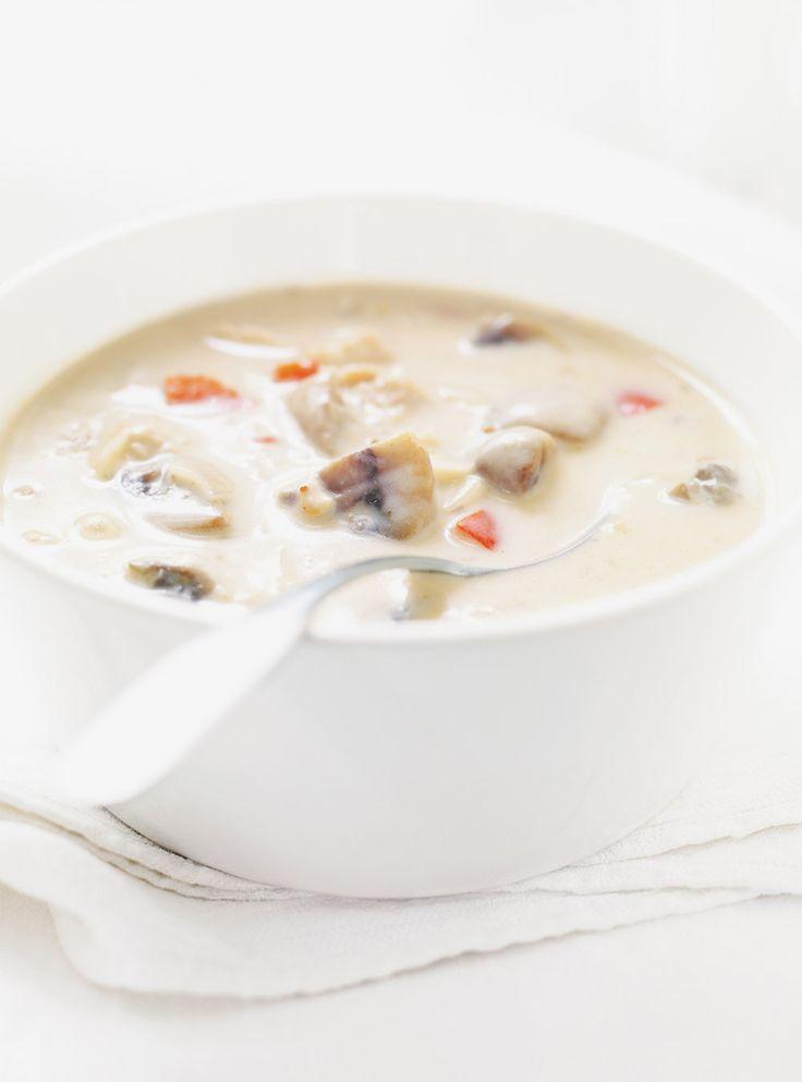 Recette de soupe crémeuse au poulet. Recette de soupe de Ricardo, rapide à préparer. Ingrédients: poulet, champignons, blanc de poireau, bouillon de poulet, ...