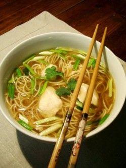 Lundi c'est le nouvel an chinois, pour fêter ça je vous propose une soupe très facile à faire à base de bouillon de volaille et de nouilles chinoises. Pour parfumer le tout, j'y mets de la ciboule, du gingembre frais, de la coriandre fraîche, mais aussi...