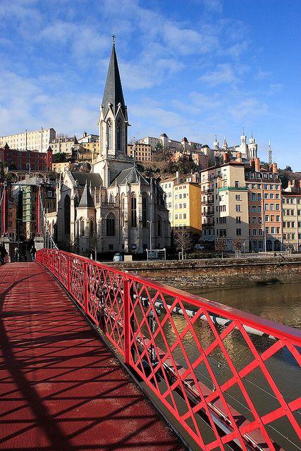 Lyon, France. Passerelle sur la Saône et église Saint-Georges.