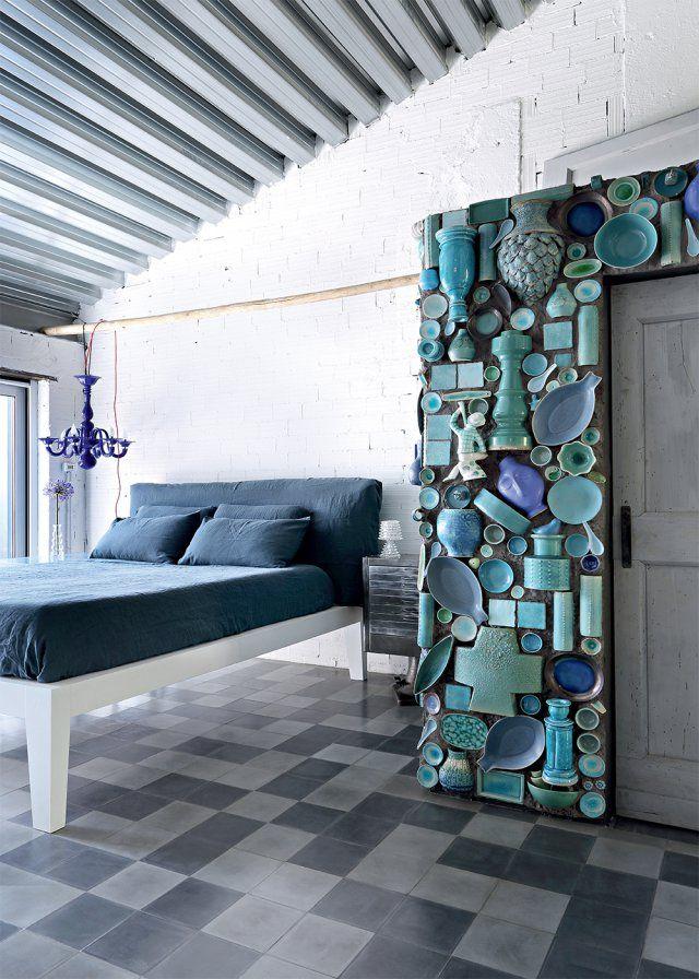 Une chambre bleue et sa salle de bain aux murs de vaisselle - Marie Claire Maison