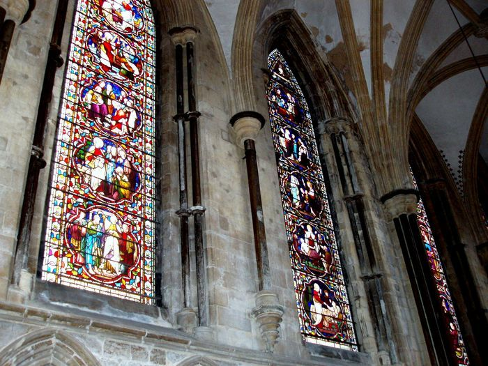 Witraże w niektórych oknach zostały niedawno odrestaurowane.