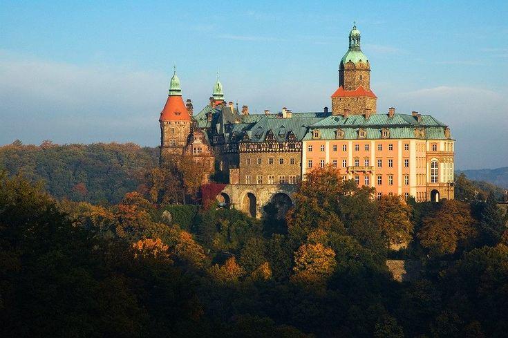 Zamek Książ. Zamek Książ leżący w granicach Wałbrzycha to jeden z najbardziej intrygujących zamków w Polsce. Znajduje się w nim szyb prowadzący do tajemniczych podziemi z czasów obecności w tym miejscu hitlerowców, którzy zamek w Książu przeznaczyli na kwaterę swoich władz. Dziś można podziwiać imp...