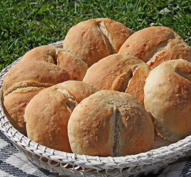 Bergenske løsebrød er fine rundstykker av rug og hvete, som smaker herlig med smør og ost. Et hakk i bollene gir den tradisjonsrike fasongen.