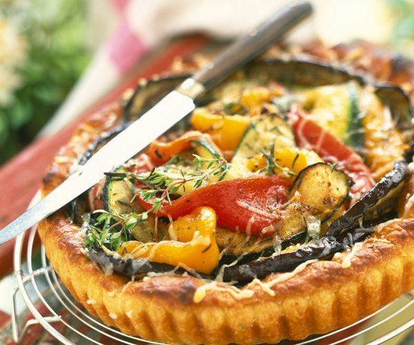 Gourmand magazine vous propose un recette de tarte composée de courgettes, d'aubergines et de poivrons. Un savoureux mélange de légumes qui plaira au plus monde.