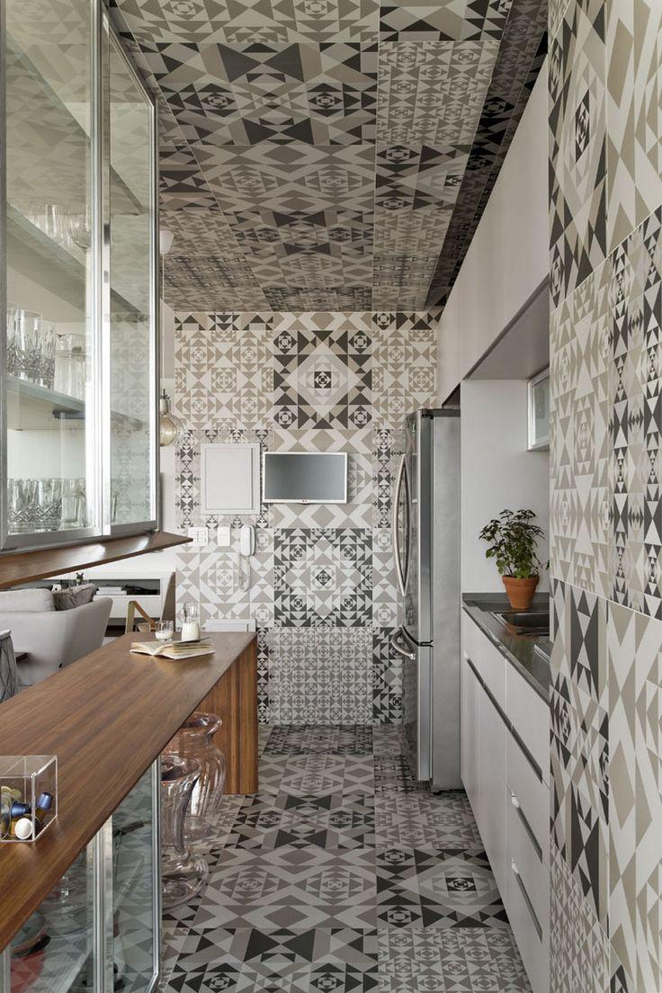 Les carrelages posés sur le sol et les murs délimitent clairement l'espace cuisine