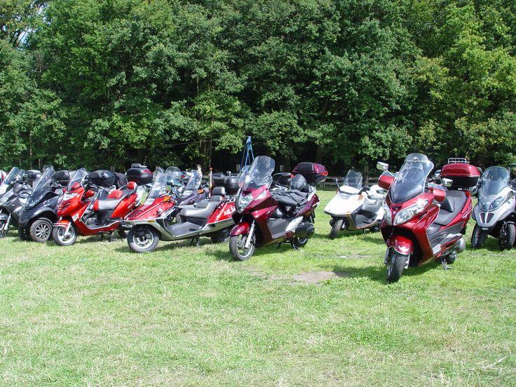 In dit plaatje is er maar een wit, mijn Honda Helix. Foto genomen tijdens Rollertreffen Marl 2009.