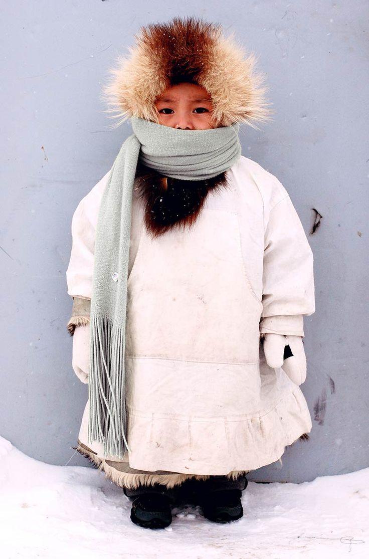 États-Unis - Enfant inuit de l'île de Sarichef au nord du détroit de Béring et au large de l'Alaska