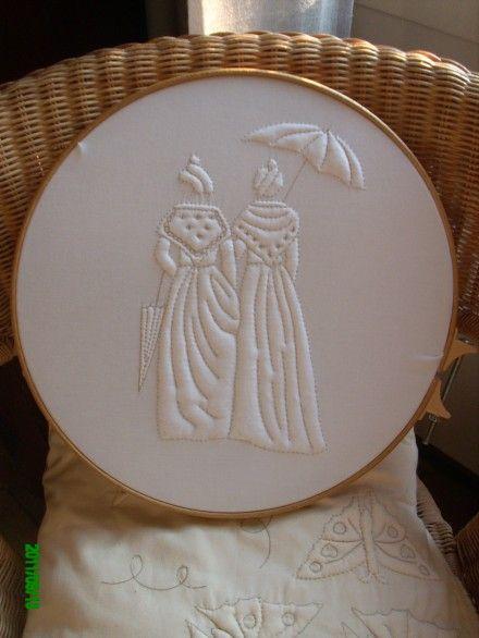 Voici un Boutis représentant 2 Arlesiennes de dos.à encadrer en tableau ou a monter sur une belle housse de coussin.à vous d'y trouver sa place! tissu coton blanc,fil marron li - 839402