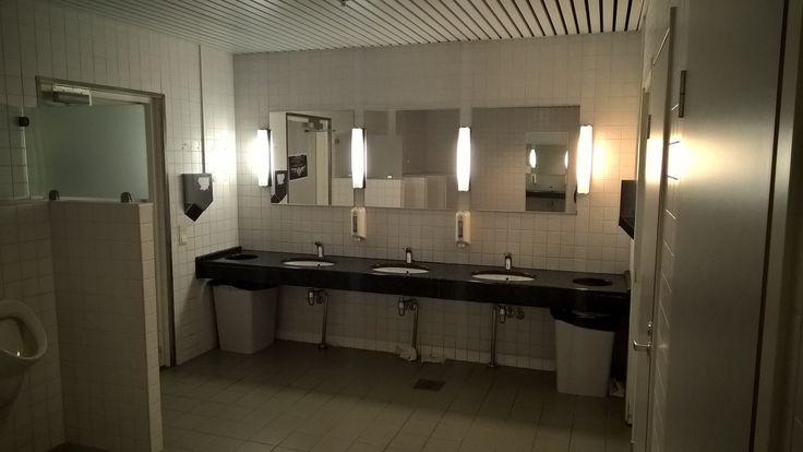 Helmi Liiketalousopisto Malmi, Helsinki. Miesten WC 2 kpl Dyson V