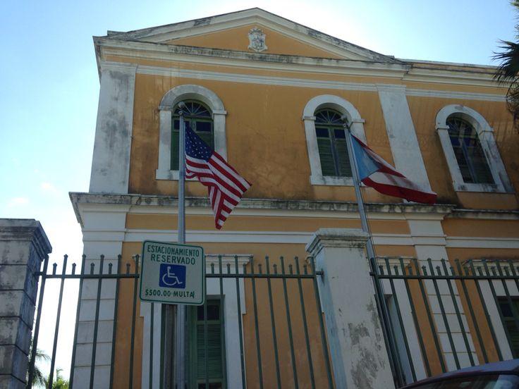 Viernes 4 de marzo a las 3:41PM. Las banderas de EE.UU y PR, como tambien el escudo del instituto de cultura de PR cumplen con el reglamento. #banderasyescudosVSJ #sagradoenero2016