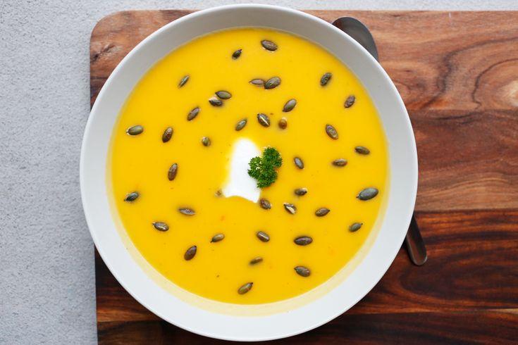 Suppe med gresskar – det finnes vel ikke noe som passer mer perfekt i slutten av oktober? Vi smaksetter gresskarsuppen med litt chili som gjør den ekstra god. En gulrot og søtpotet passer også perfekt oppi. Oppskriften tar ca. 45 minutter og gir hele 8 porsjoner med suppe. Server gjerne med rundstykker eller godt brød. ...read more →