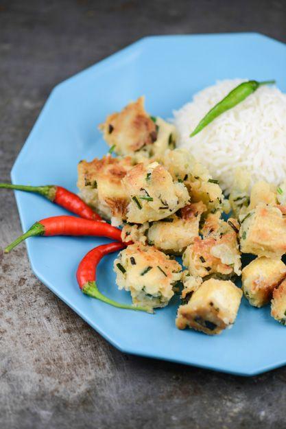 In Indonesien gibt es unzählige Rezepte für Tofu. Ein weniger bekanntes – aber sehr leckeres – heißt Tahu Goreng Kucai: Tofu im Schnittlauchbackteig.