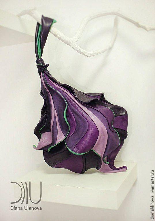 'Ирис ' Размеры: 40/24/30 см. Небольшая сумочка. Способ ношения - на запястье.) Материал - кожа малой плотности. Тип замка - магнитные кнопки. Внутри - одно отделение и 2 кармана (на молнии и…