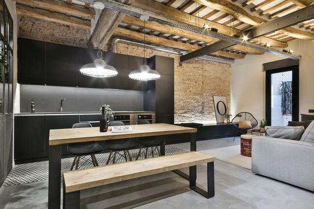 Dans le quartier de Poblenou à Barcelone, Dröm Living a rénové un espace de 64m² presque en ruines qui est devenu un modèle de décoration masculine, rappelant un loft new-yorkais. Bois et acier se rép