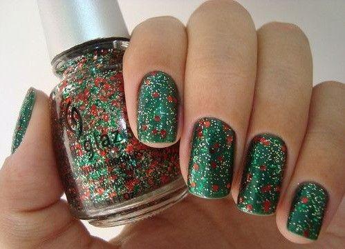 Nail art verde spruzzata di rossoUn verde glitterato con piccoli spuzzi di rosso, i colori perfetti per nail art di capodanno 2014.