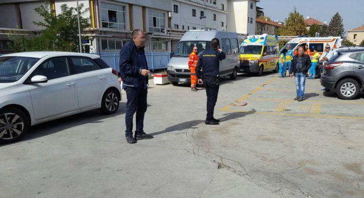 FOTONOTIZIA – Per entrare al pronto soccorso di Cosenza? Anche le ambulanze devono mettersi in fila