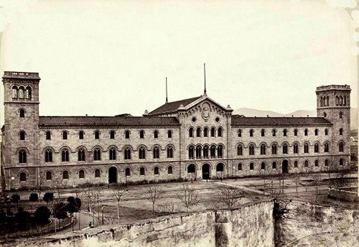 Universidad de Barcelona, sin urbanizar la plaza y todavía con muralla...