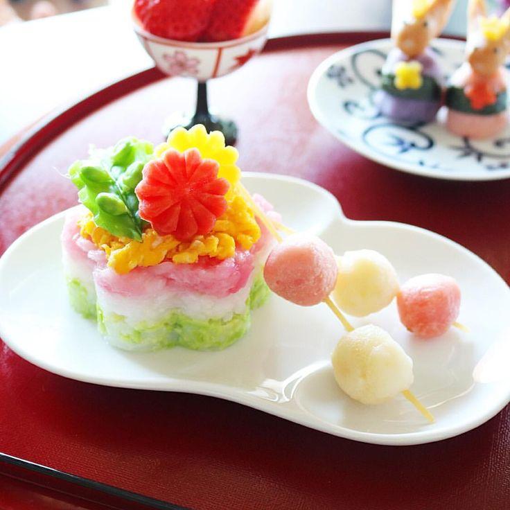 ・ おこさま🌸ちらし寿司ケーキ・レシピです。 Cake shaped Sushi for Kids🍴 ・ 🌟 12ヶ月頃から食べられます🌟 ・ 寿司といっても、1歳児用なので酢飯ではなく生ものもない😁🙌🏻なんちゃってちらし寿司ケーキなんですが💦ひなまつり🎎用に三色ごはんで作ってみました〜。 ・ 三色ごはんと炒り卵だけなら、10ヶ月を過ぎたお子さんなら食べられそうですね😋🍴。月齢や好き嫌いなどにあわせて、味付けやかたさ、量など調整してあげてくださーい。 ・ ❇︎・❇︎・❇︎・❇︎・❇︎・❇︎・❇︎・❇︎ ・  材料 ・ ❇︎ 三色ごはん - ごはん100g - 緑の着色用 冷凍枝豆 30g - ピンクの着色用 ビーツピュレ 微量 (無ければケチャップや鮭、桜でんぶを混ぜ込んだりしても出来ます) ・ ❇︎ ふわふわ炒り卵 - 卵 1/2個 - ヨーグルト 小さじ半分 - コンソメ 少々 - バター 少々 ・ ❇︎ 飾り付けトッピング - 金時人参(赤いお花) - 金美人参(黄色いお花) - スナップえんどう(葉) ・ 1…