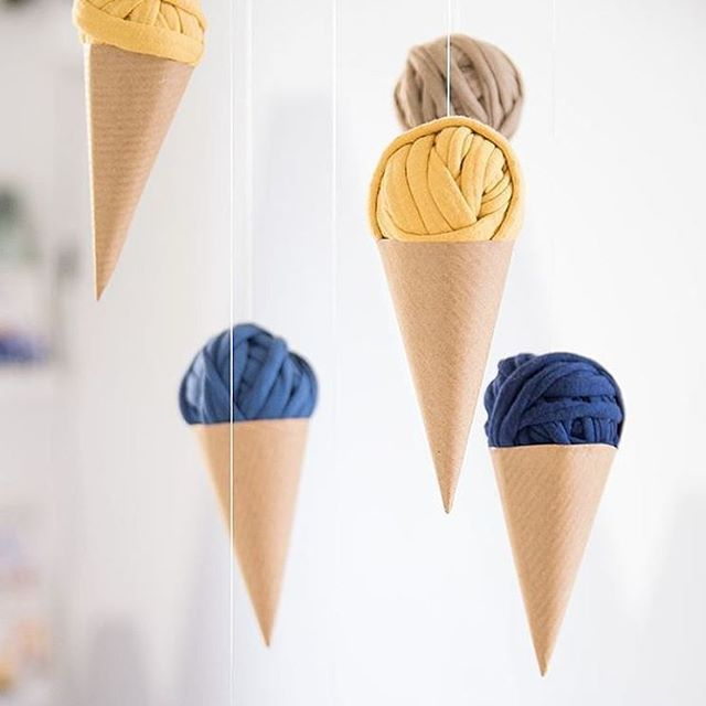 DIY: Baby mobile 🍦🍦🍦 @piatypokoj #bobbiny #diy #diyhome #baby #babyroom #toys #babymobile #home #icecream #kidsroom #tshirtyarn #yarn #cord #craft #handmade #tutorial #howto #instababy #instakids #instamatki #instadziecko #knittersofinstagram #crochet #knitstagram #sznurek #włóczka #zrobtosam