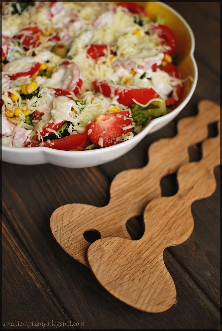Prosta sałatka z pomidorów, brokuła i kukurydzy  z mozzarellą i dressingiem czosnkowym by Smakiempisany