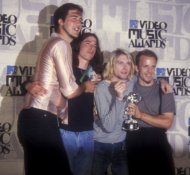 """""""Kurt Cobain conseguiu estabelecer e defender, provavelmente sem querer, um movimento musical com fundamento. Escrevia bem e rasgava a guitarra com atitude. E, além disso, moldou, mesmo que involuntariamente, um personagem que é um clichê do rock: drogado, apaixonado por uma estrela do rock cafona e suicida aos 27. Em sua época, não o apreciei, hoje sim."""" Rafael Benítez Pinzón, diretor da revista 'Tentaciones', do EL PAÍS. Na foto, recebendo o MTV Music Awards em 1993    Getty Images"""