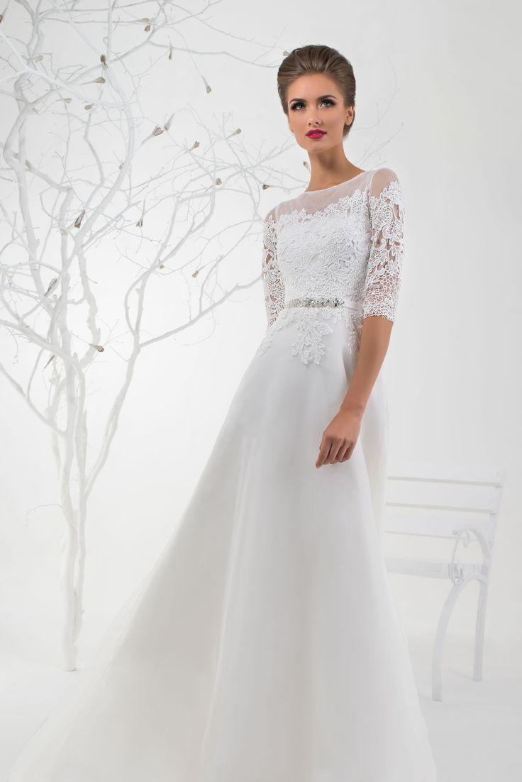 Elegantné svadobné šaty s čipkovanými rukávmi zdobené opaskom