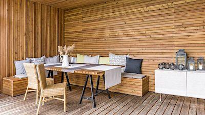 Nábytek na terasu si vyrobil majitel sám ze zbytků dřeva z fasády. Podnože stolu jsou z Ikea.