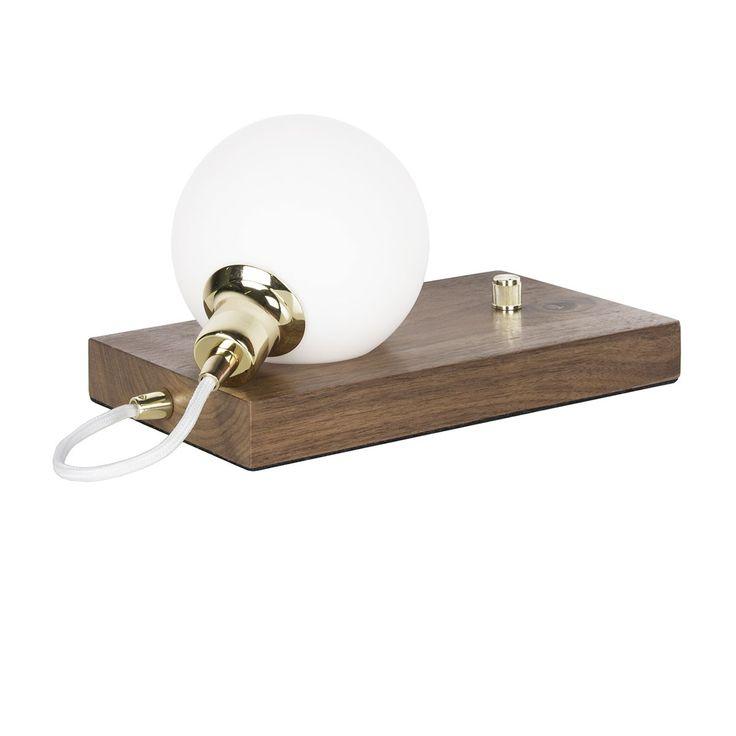 Lampe Orb - Noyer - Cette lampe design est dotée d'une silhouette inédite à l'accent scandinave. L'alliance du bois et du chrome confère à cet accessoire un rendu audacieux qui lui délivre une allure résolument contemporaine. Un luminaire qui sera parfait sur une table de chevet ou bien sur une table basse, pour ajouter une subtile source de lumière à l'atmosphère de votre intérieur.