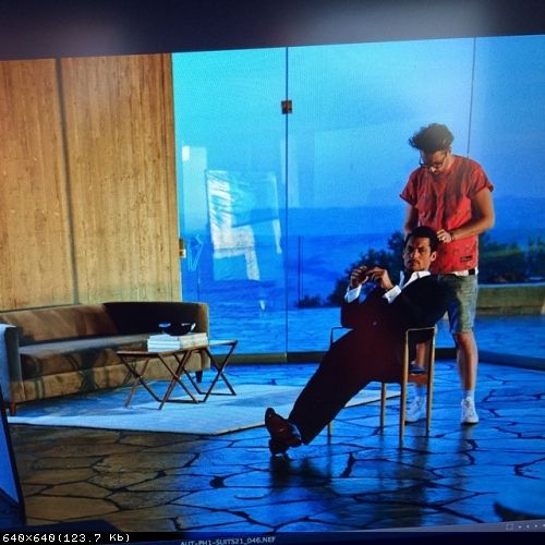 Фото из твиттера (16.05.2014г)  Ларри Кинга  larrykingjnr: Just doing hair in a relaxing way on set BTS #M&S