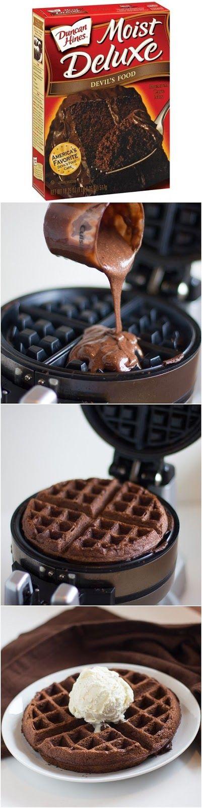 1 mistura de bolo de chocolate 1 1/3 xícaras de água 1/3 xícara de óleo vegetal 3 ovos Fazer massa de bolo conforme as instruções na caixa, usando água, óleo e ovos.