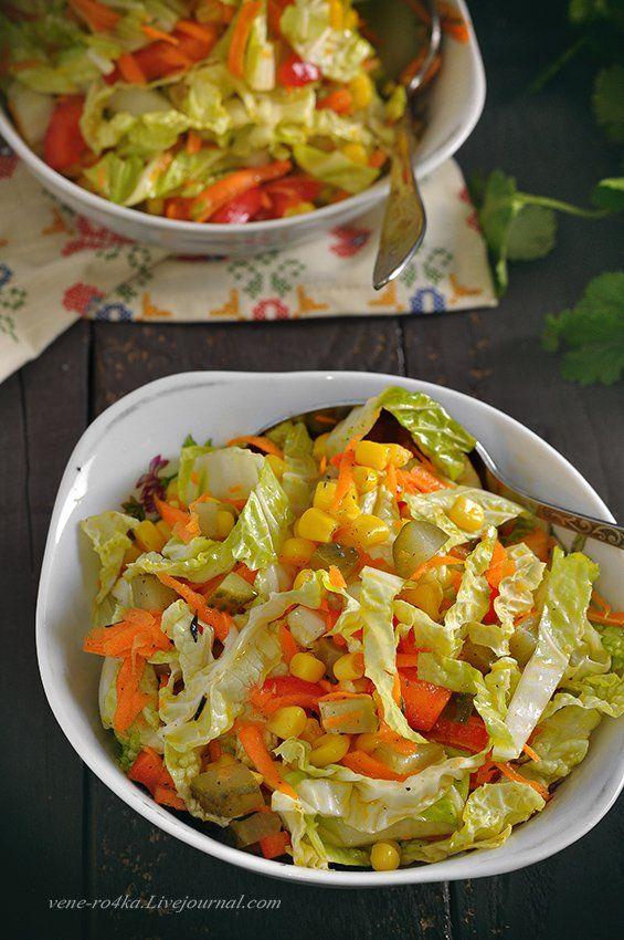 Свежий, хрусткий, сочный и лёгкий салат. К обеду/ужину прекрасно, а почему бы и гостям его не подать? К запеченному мясу будет отлично! Что нужно: Китайская капуста…