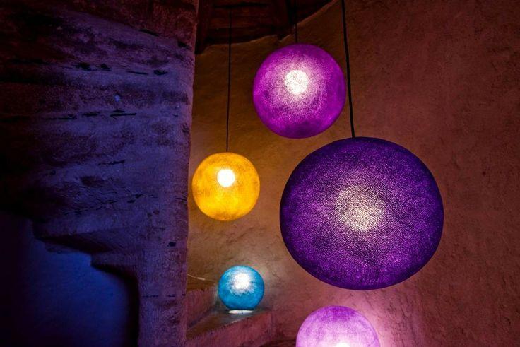 Dziś girlandy La case de cousin Paul są znakomitym pomysłem na efektowne oświetlenie pokoju nastolatki. Zwłaszcza że możliwości komponowania lampek są nieograniczone. Fot. Creme de la Creme.