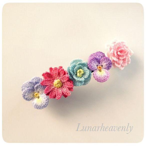 Crochet flowers hairpin by Lunarheavenly. 1.8cm x 7cm done in size 40 crochet thread. Flowers stain dyed.