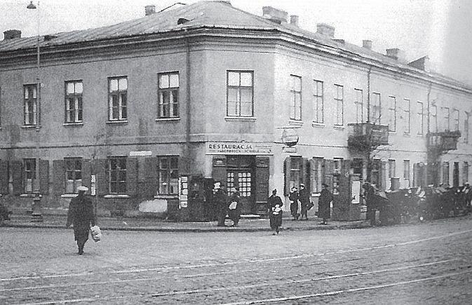 Tak wyglądała niepozorna kamieniczka przy Grójeckiej 1. Narożnik zajmowała restauracja. Od lewej wylot Raszyńskiej, z prawej Grójecka.