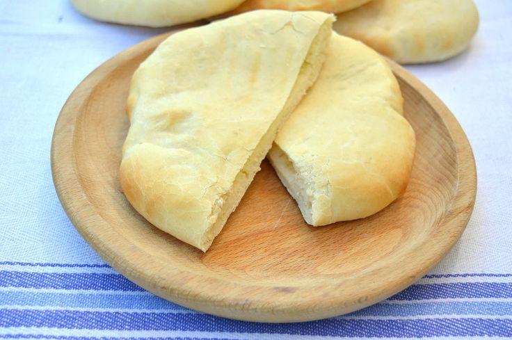 Il pane indiano naan Bimby è un pane con yogurt. Si tratta di un pane veloce che puoi cuocere al forno oppure in padella. Questa ricetta è con il lievito.